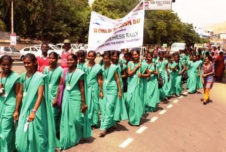 நாமக்கல்லில் உலக சுற்றுலா தின விழிப்புணர்வு பேரணி : கல்லூரி மாணவிகள் நடத்தினர்