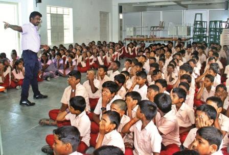கண்களை காக்க செல்போனில் விளையாடுவதை தவிர்க்க வேண்டும்: மருத்துவர்கள்