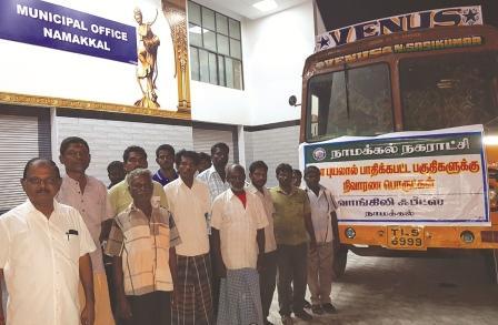நாமக்கல் நகராட்சி சார்பில் கஜா புயலால் பாதிக்ப்பட்ட வேதாராண்யம் பகுதிக்கு 8,000 ஓடுகள் அனுப்பி வைப்பு